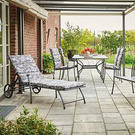 Metall-Gartenmöbel mit geschwungenen Konturen