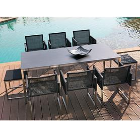 Geflecht-Sessel mit passenden Tischen und Hocker