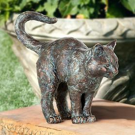 skulptur-stehende-junge-katze-