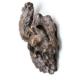 skulptur-eichhornchen-aus-astloch-schauend