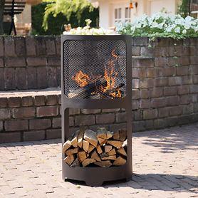 Feuerstelle mit Holzvorrat