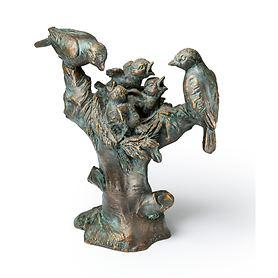 skulptur-vogelnest-auf-baumstumpf-