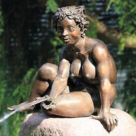 Skulptur Sitzendes Mädchen mit Frosch