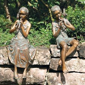 Skulpturen Mädchen mit Flöte und Junge mit Flöte