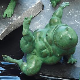 skulptur-frosch-emma-in-pose-