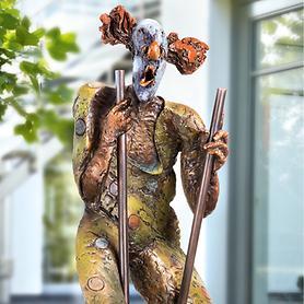Skulptur Clown auf Stelzen