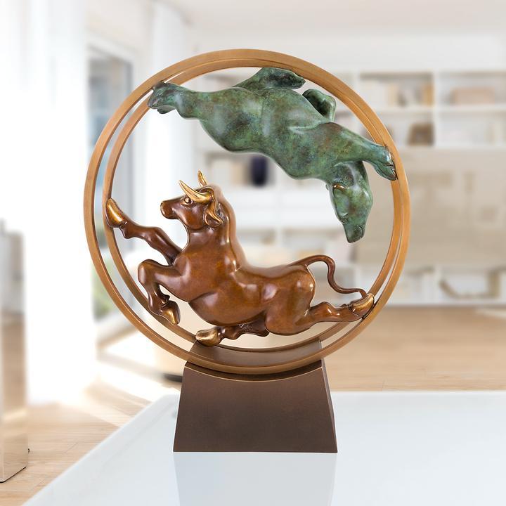 Skulptur Bulle und Bär im Rad